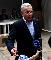 BOGOTÁ – COLOMBIA, 27-05-2018: Álvaro Uribe Vélez ex presidente de Colombia, habla con la prensa, después de ejercer su derecho al voto, durante la jornada de elecciones Presidenciales para el periodo 2018-2022. / Colombia's former president Alvaro Uribe Velez,  speaks with the press, after exercising his right to vote, in the Plaza de Bolívar, during the presidential election day for the period 2018-2022. Photo: VizzorImage/ Luis Ramirez / Staff.