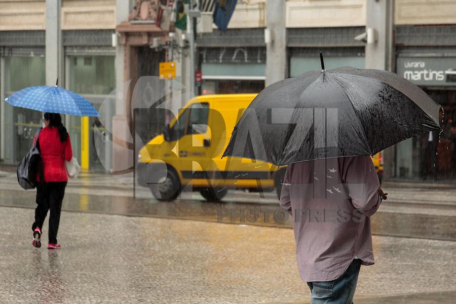 SÃO PAULO, SP, 22.04.2015 - CLIMA TEMPO - Paulistanos enfrentam dia de muita chuva na região central de São Paulo na tarde desta quarta-feira, (22) (Foto: Renato Mendes/Brazil Photo Press)