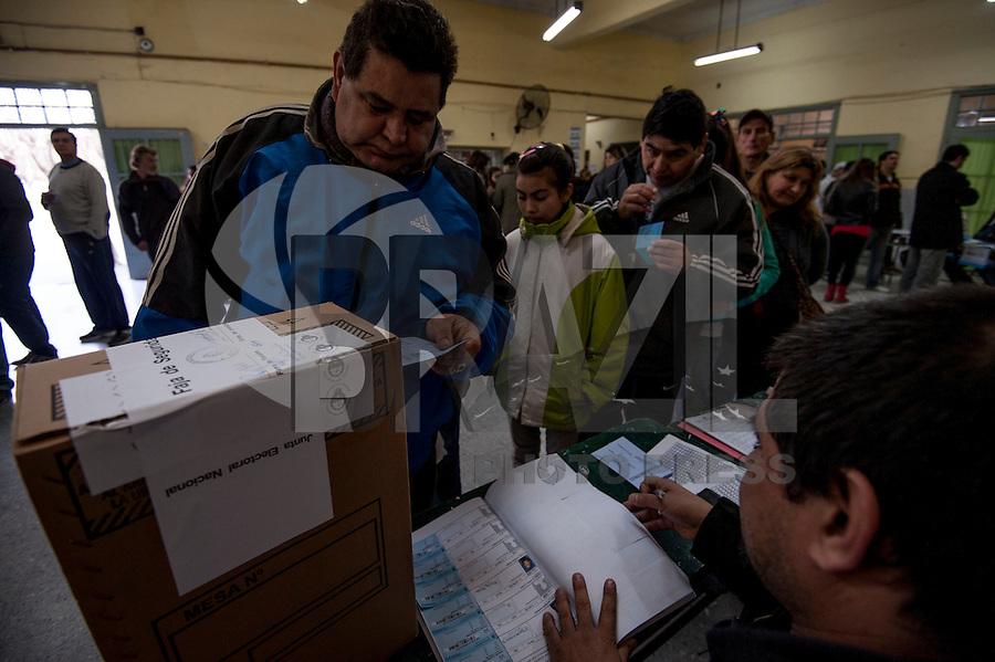 ARGENTINA, BUENOS AIRES, 11.08.2013 - ELEICOES ARGENTINA - Eleitores sao vistos   primárias legislativas da Argentina, em um posto de votação em Buenos Aires, em 11 de agosto de 2013. Após o primário, os argentinos irão votar na eleição para deputados e senadores em 27 de outubro. (Foto Juani Roncoroni / Brazil PHoto Press)