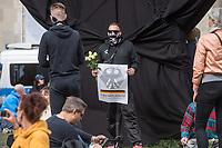 """Auf und rund um den Rosa-Luxemburg-Platz in Berlin-Mitte haben am Samstag den 25. April 2020 mehrere hundert Menschen gegen die Einschraenkungen im Zuge der Massnahmen zur Eindaeemung der Covid-19-Pandemie protestiert. Rechtsextremisten, Hooligans, Antisemiten, Verschwoerungstheoretiker und AfD-Politiker hatten zu einer sogenannten """"Hygiene-Demo"""" versammelt. Vereinzelt protestierten Menschen am Rande gegen diese Demonstration.<br /> Die Polizei war mit mehreren hundert Beamten im Einsatz und nahm mehr als 100 Personen fest.<br /> Im Bild: Ein Hooligan haelt ein Plakat mit der Aufschrift """"Grundgesetz"""".<br /> 25.4.2020, Berlin<br /> Copyright: Christian-Ditsch.de<br /> [NUR FUER REDAKTIONELLE ZWECKE! Werbung nur auf Anfrage beim Fotografen. Inhaltsveraendernde Manipulation des Fotos nur nach ausdruecklicher Genehmigung des Fotografen. Vereinbarungen ueber Abtretung von Persoenlichkeitsrechten/Model Release der abgebildeten Person/Personen liegen nicht vor. NO MODEL RELEASE! Don't publish without copyright Christian-Ditsch.de, Veroeffentlichung nur mit Fotografennennung, sowie gegen Honorar, MwSt. und Beleg. Konto: I N G - D i B a, IBAN DE58500105175400192269, BIC INGDDEFFXXX, Kontakt: post@christian-ditsch.de<br /> Bei der Bearbeitung der Dateiinformationen darf die Urheberkennzeichnung in den EXIF- und  IPTC-Daten nicht entfernt werden, diese sind in digitalen Medien nach §95c UrhG rechtlich geschuetzt. Der Urhebervermerk wird gemaess §13 UrhG verlangt.]"""