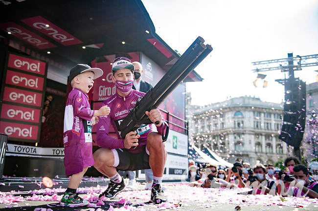 Maglia Ciclamino / Points Leader winner Peter Sagan (SVK/BORA - hansgrohe) brought his son Marlon with him on stage and he clearly loved it!<br /> <br /> 104th Giro d'Italia 2021 (2.UWT)<br /> Stage 21 (final ITT) from Senago to Milan (30.3km)<br /> <br /> ©kramon
