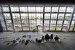SCHIEDAM - In Schiedam werken medewerkers van bouwbedrijf Stout uit Hardinxveld-Giessendam onder auspiciën van Avant Bouwpartners uit Utrecht aan het nieuwe Life College. Vanuit de hoge ramen in de kantine zullen de leerlingen van het 12.000 m2 grote, door SP Architecten uit Waddinxveen ontworpen  VMBO/ MBO school op de snelweg A20 kunnen uitkijken. Het LIFE College is een samenwerking van Lentiz Schievestecollege en Lentiz MBO Food. Het gebouw waarin lessen verzorging, gezondheid, bewegen maar ook multimedia worden gegeven, lijkt een groot lang kantoorgebouw, maar krijgt een opvallende gekleurde doos op het dak waarin de sportzalen zitten. COPYRIGHT TON BORSBOOM