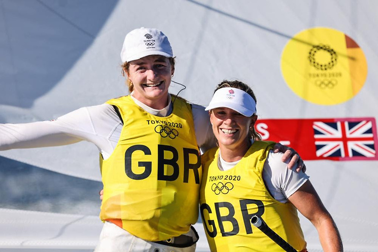 Hannah Mills (right) and Eilidh McIntyre (GBR) have won gold in the 470 Women
