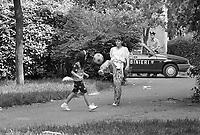 - Milano, il complesso di case popolari Iacp di via Emilio Bianchi, periferia nord della città, degradato ed ad alto tasso di abusivismo e criminalità (Giugno 1992). Controlli e perquisizioni di Polizia e Carabinieri<br /> <br /> - Milan, the Iacp social housing district in via Emilio Bianchi, northern outskirts of the city, degraded and with a high rate of illegal occupation and crime (June 1992). Police and Carabinieri checks and searches