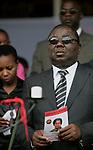 Foto: VidiPhoto..HARARE - Duizenden Zimbabwanen uit het hele land woonden dinsdagmiddag de herdenkingsplechtigheid voor Susan Tsvangirai bij. De vrouw van premier Morgan Tsvangirai van Zimbabwe kwam vorige week bij een ongeval om het leven. Tsvangirai zelf raakte daarbij gewond. Nog steeds wordt gedacht aan een aanslag door president Mugabe op zijn rivaal, hoewel concrete aanwijzingen tot nog toe ontbreken. Foto: Tsvangirai met een foto van zijn vrouw.