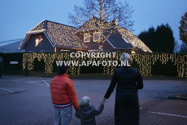 Duiven, 101105<br />Voordat Sinterklaas ons land binnen is heeft Andre Nusselden zijn huis versiert met 18000 kerstlichtjes.<br />Foto: Sjef Prins - APA Foto