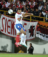 BOGOTA- COLOMBIA - 11-02-2014: Luis Arias (Izq.) jugador del Independiente Santa Fe de Colombia, disputa el balón con Jose Caceres (Der.) jugador del Nacional de Paraguay, durante partido entre Independiente Santa Fe y Nacional de la segunda fase, grupo 4, de la Copa Bridgestone Libertadores en el estadio Nemesio Camacho El Campin, de la ciudad de Bogota. / Luis Arias (L) player of Independiente Santa Fe of Colombia, vies for the ball with Jose Caceres (R) player of Nacional of Paraguay, during a match between Independiente Santa Fe and Nacional for the second phase, group 4, of the Copa Bridgestone Libertadores in the Nemesio Camacho El Campin in Bogota city. Photo: VizzorImage / Luis Ramirez / Staff.