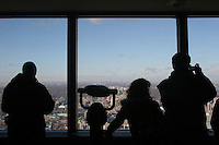 CANADA Toronto vista della città dalla torre , profili di turisti