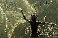 INDIA fisherman throws fishing net / Indien Fischer wirft sein Netz aus