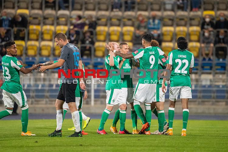 12.09.2020, Ernst-Abbe-Sportfeld, Jena, GER, DFB-Pokal, 1. Runde, FC Carl Zeiss Jena vs SV Werder Bremen<br /> <br /> Jubel 0:1 Joshua Sargent (Werder Bremen #19) mir Davie Selke  (SV Werder Bremen #09)<br /> Leonardo Bittencourt  (Werder Bremen #10)<br /> Davy Klaassen (Werder Bremen #30)<br /> Tahith Chong (Werder Bremen #22)<br /> Ludwig Augustinsson (Werder Bremen #05)<br /> Querformat<br /> Zuschauer leere Raenge HIntergrund Corona<br /> <br /> <br />  <br /> <br /> <br /> Foto © nordphoto / Kokenge