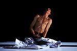 SORS....Conception et interpretation : Pedro Pauwels..Choregraphie : Carlotta Ikeda, Joseph Nadj, Robyn Orlin, Jerôme Thomas, Mary Wigman, Pedro Pauwels..Conseillere artistique : Claire Rousier..Création lumiere : Evelyne Rubert..Creation musique : Benat Achiary..Creation costumes : Joël Viala..Compagnie Pepau..Lieu : Théâtre de la bergerie..Ville : Noisy Le Sec..Le 04/04/2013..© Laurent Paillier / photosdedanse.com