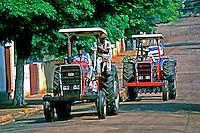Transporte em tratores. Araçatuba, São Paulo. 1991. Foto de Juca Martins.