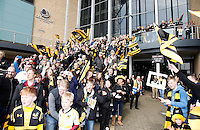 Photo: Richard Lane/Richard Lane Photography. Wasps v Leicester Tigers. Aviva Premiership. 12/03/2016. Wasps supporters welcome the team in.