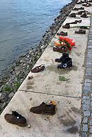 Holocaust Mahnmal von Gyula Pauer am Donauufer beim Parlament, Budapest, Ungarn