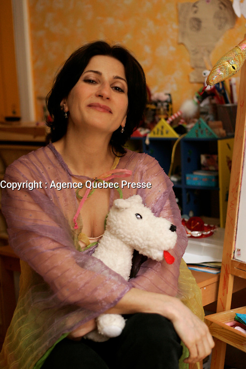 April 4 2005, Montreal (Qc) Canada EXCLUSIVE PHOTO<br /> Nathalie Choquette, opera singer, in her Montreal home<br /> Nathalie Choquette, chanteuse d'op»ra, chez elle á Montr»al<br /> Photo : (c) 2004 Pierre Roussel