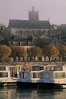 Europe/France/89/Yonne/Joigny: Brumes matinales sur la vallée de l'Yonne, le port fluvial avec les house-boat, l'église Saint Thibault et les maisons du village
