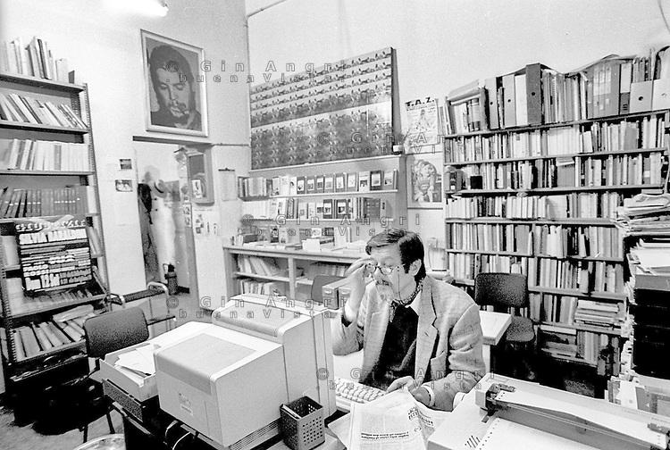 Primo Moroni,(Milano, 17 giugno 1936 – Milano, 30 marzo 1998) è stato uno scrittore, libraio e intellettuale italiano, punto di riferimento della sinistra extraparlamentare, degli anarcho punk, centri sociali e del sindacalismo di base. Fondatore libreria Calusca eCox 18