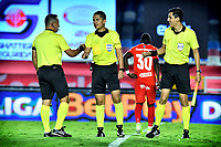 CALI-COLOMBIA, 04-10-2020: Carlos Herrera, arbitro durante partido entre America de Cali y Rionegro Aguilas Doradas de la fecha11 por la Liga BetPlay DIMAYOR 2020-I jugado en el estadio Pascual Guerrero de la ciudad de Cali. / Carlos Herrera, referee during a match between America de Cali and Rionegro Aguilas Doradas of the 11th date for the BetPlay DIAMYOR Leguaje 2020-I played at the Pascual Guerrero stadium in Cali city. / Photo: VizzorImage / Nelson Rios / Cont.