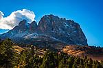 Italien, Suedtirol (Trentino - Adige), Dolomiten, Herbststimmung mit Langkofelgruppe | ITA, Italy, South Tyrol, Alto Adige, Dolomites, autumn mood, Gruppo Sassolungo mountains