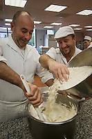 Europe/France/Aquitaine/64/Pyrénées-Atlantiques/Pays Basque/Saint-Jean-de-Luz: Fabrication des macarons chez Adam- Jean-Pierre Telleria monte les blancs en neige et ajoute la poudre d'amande.