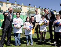 22-4-09, Den Haag, Opening 50e Krajicek Foundation playground, Kinderen ontvangen een bal als openingshandeling van het speelveld.