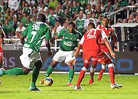 cali -COLOMBIA, 15-06-2013. Andres Escobar del Deportivo Cali disputa el balón con jugadores de Independiente Santa Fe de los cuadrangulares finales F1 de la Liga Postobón 2013-1 jugado en el estadio Pascual Guerrero de la ciudad de Cali./ Deportivo Cali player Andres Escobar fights for the ball with Independiente Santa Fe players during match of the final quadrangular 1th date of Postobon  League 2013-1 at Pascual Guerrero stadium in Cali city. Photo: VizzorImage/ Juan Carlos Quintero/STR