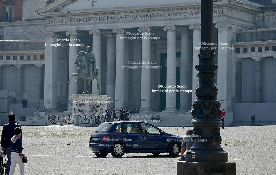 - NAPOLI 21 MAR  2014 - Piazza del Plebiscito auto in transito