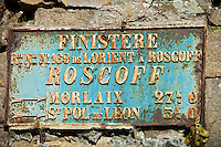 France, Finistère (29), Roscoff, panneau de signalisation dans le centre ville // France, Finistere, Roscoff, road sign in In the city center