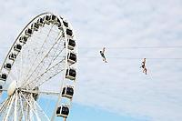 Nederland Scheveningen  2017 .  Reuzenrad op de Pier. Mensen hangen aan de Zipline.  Foto Berlinda van Dam / Hollandse Hoogte