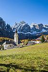 Italy, South Tyrol (Trentino-Alto Adige), Colfosco in Badia: with parish church and Sella Group | Italien, Suedtirol (Trentino-Alto Adige), Kolfuschg (Colfosco in Badia): mit Pfarrkirche vor Sellagruppe