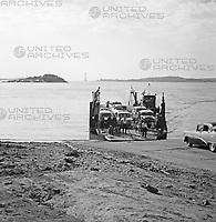 Ankunft der Fähre über den Fluss Orinoco in Ciudad Bolívar, Venezuela 1966. Arrival of Ferry across the river Orinoco in Ciudad Bolívar, Venezuela 1966.