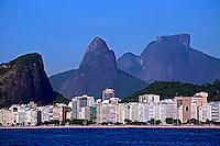 Predios na Praia de Copacabana, Morro Dois Irmãos e Pedra da Gavea. Rio de Janeiro. 2013. Foto de Rogerio Reis.
