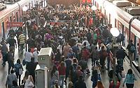 SÃO PAULO, SP, 05.04.2021:  Movimentação CPTM SP -Movimentação de passageiros na  Estação da Luz da CPTM  região central da cidade de São Paulo na manhã desta segunda -feira (05). Após uma semana de feriados antecipados com objetivo de diminuir a circulação de pessoas devido ao agravamento de casos e mortes causados pela Covid-19.