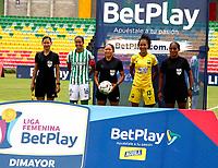 BUCARAMANGA- COLOMBIA, 01-08-2021: Paula Pomares, arbitra durante partido entre Atletico Bucaramanga y Atletico Nacional de la Fase de Grupos de la fecha 5 por la Liga Femenina BetPlay DIMAYOR 2021 jugado en el estadio Alfonso Lopez en la ciudad de Bucaramanga. / Paula Pomares, referee during a match between Atletico Bucaramanga and Atletico Nacional of the Group Phase the 5th date for the Women's League BetPlay DIMAYOR 2021 played at the Alfonso Lopez stadium in Bucaramanga city. / Photo: VizzorImage / Jaime Moreno / Cont.