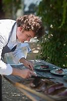 Europe/France/Provence-Alpes-Côte d'Azur/13/Bouches-du-Rhône/Env d'Arles/Le Sambuc: Restaurant Bio: La Chassagnette -le chef Armand Arnal découpe la pièce de  taureau de Camargue roti [Non destiné à un usage publicitaire - Not intended for an advertising use]