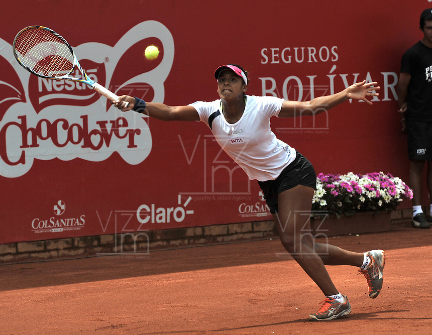 BOGOTÁ - COLOMBIA - 23-02-2013: Teliana Pereira de Brasil, devuelve la bola a Paula Ormaechea de Argentina, durante partido por la Copa de Tenis WTA Bogotá, febrero 23 de 2013. (Foto: VizzorImage / Luis Ramírez / Staff).Teliana Pereira from Brasil returns the ball to Paula Ormaechea from Argentina, during a match for the WTA Bogota Tennis Cup, on February 23, 2013, in Bogota, Colombia. (Photo: VizzorImage / Luis Ramirez / Staff).............................