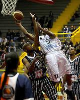BOGOTA - COLOMBIA: 06-04-2013: Rafael Gomez (Izq) Piratas de Bogotá, disputa el balón con Garres (Der.), de Manizales Once Caldas abril 6 de 2013. Piratas y Manizales Once Caldas disputaron partido de la fecha 24 de la Liga Directv Profesional de baloncesto en partido jugado en el Coliseo El Salitre. (Foto: VizzorImage / Str.) Rafael Gomez (L), of Pirates from Bogota dispute the ball with Justin Garris (R) of Manizales Once Caldas, April 6, 2013. Piratas and Manizales Once Caldas disputed a match for the 24 date of the League of Professional Directv basketball game at the Coliseo El Salitre. (Photo. VizzorImage / Str.).