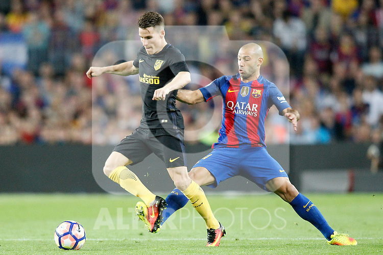 FC Barcelona's Javier Mascherano (r) and Atletico de Madrid's Kevin Gameiro during La Liga match. September 21,2016. (ALTERPHOTOS/Acero)