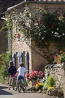 Europe/France/Aquitaine/40/Landes/Pimbo:  enfants à vélo dans les ruelles fleuries du village