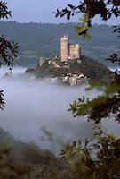 Europe/France/Auvergne/12/Aveyron/Najac: La forteresse royale de Najac émergeant de la brume