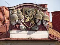 Giebelrelief mit Soldaten am Kollarovo nam., Bratislava, Bratislavsky kraj, Slowakei, Europa<br /> Gable relief with soldiers at Kolloravo nam., Bratislava, Bratislavsky kraj, Slowakia, Europe
