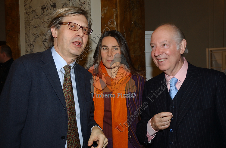 """VITTORIO SGARBI CON ALESSANDRA BIRGHESE E CARLO GIOVANELLI<br /> VERNISSAGE """"ROMA 2006 10 ARTISTI DELLA GALLERIA FOTOGRAFIA ITALIANA"""" AUDITORIUM DELLA CONCILIAZIONE ROMA 2006"""