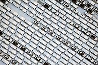Megastau: EUROPA, DEUTSCHLAND, HAMBURG, (EUROPE, GERMANY), 21.12.2009:Hamburger Hafen, Kleiner Grassbrook, Neuwagen,  warten auf Schiffstransport in das Ausland, Export, Kfz,   Reihe, warten, anstehen, Abtransport, voll, belegt, Parkplatz, Raumnot, Lager, Logistik, CO2, Benzin, Diesel, Treibstoff, Schlange, Daecher, Autoverladung,  weiss, Autos, PKW, Verladung,  Reihe, aufgereiht, Reihen, hintereinander, warten, Export, Wirtschaft, Luftbild, Luftansicht, Luftaufnahme, Auto, Absatz, Kriese, Mercedes Benz, Daimler Benz, Schnee, Winter, schlechtes Wetter, Stau,  Abwrackprämie, Abwrackpraemie, am, Ansicht, Ansichten, außen, Außenaufnahme,  aussen, Aussenaufnahme, Aussenaufnahmen, Auto, Autohersteller, Autokauf, Automarke, Automobilhersteller, Automobilindustrie, Automobilwirtschaft, Autos, BRD, Bundesrepublik, deutsch, deutsche, deutscher, deutsches, Deutschland, draußen, Draufsicht, Draufsichten, draussen, europäisch, europäische, europäischer, europäisches, Europa, europaeisch, europaeische, europaeischer, europaeisches, Fahrzeug, Fahrzeuge, General, Halde, Industrie, industriell, industrielle, industrieller, industrielles, Kfz, Kraftfahrzeug, Kraftfahrzeuge, Luftaufnahme, Luftaufnahmen, Luftbild, Luftbilder, Luftfoto, Luftfotos, Luftphoto, Luftphotos, menschenleer, Motors, Neuwagen, Neuwagenparkplatz, niemand, oben, PKW, PKWs, Tag, Tage, Tageslicht, tagsüber, tagsueber, Vogelperspektive, Vogelperspektiven, von, Wagen,