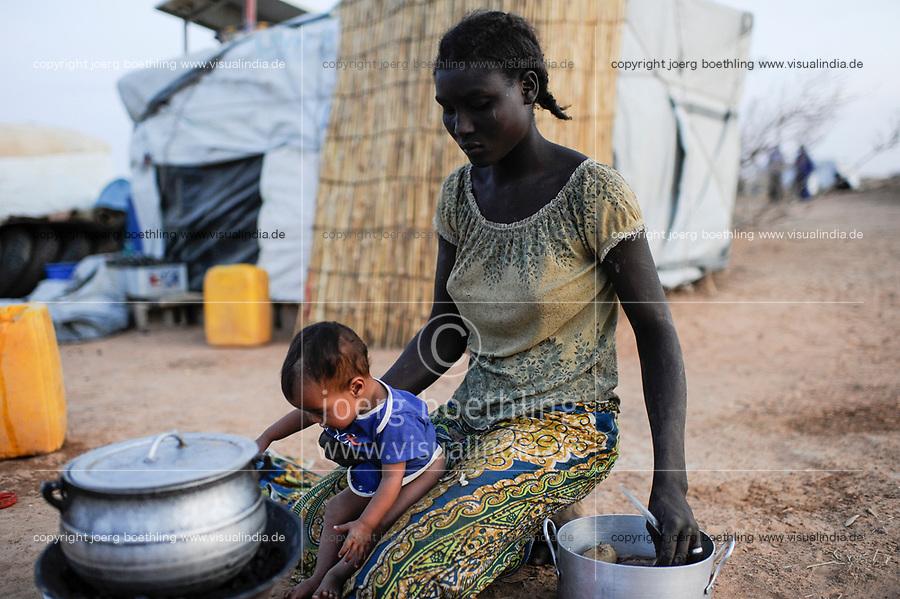 BURKINA FASO Djibo, malian refugees, mostly Touaregs, in refugee camp Mentao of UNHCR, they fled due to war and islamist terror in Northern Mali, black african housemaid of Tuareg family BURKINA FASO Djibo , malische Fluechtlinge, vorwiegend Tuaregs, im Fluechtlingslager Mentao, sie sind vor dem Krieg und islamistischem Terror aus ihrer Heimat in Nordmali geflohen, schwarzafrikanisches Hausmaedchen und Kindermaedchen einer Tuareg Familie