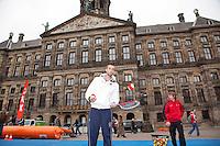 05-04-12, Netherlands, Amsterdam, Tennis, Daviscup, Netherlands-Rumania, Draw, Straattennis, Thomas Schoorel voor het Paleis op de Dam