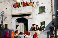 12.11.2008Pushkar(Rajasthan)<br /> <br /> Street scene with pilgrims,womens and family during the annual fair.<br /> <br /> Scène de rue avec des pèlerins des femmes et des familles pendant la foire annuelle.
