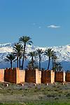 Morocco, Marrakech: The old city walls with palm trees and snow capped Atlas Mountains | Marokko, Marrakesch: die alte Stadtmauer, im Hintergrund die schneebedeckten Gipfel des Atlas Gebirges