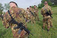 """- paratroopers special forces of 9th assault battalion """"Col Moschin"""", airborne brigade """"Folgore"""";  M 16 rifle....- paracadutisti  incursori del 9° battaglione """"Col Moschin"""", brigata aerotrasportata Folgore; fucile M 16"""