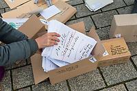 """Mit ueber 2.000 Kerzen bildeten Berliner  Aktivistinnen und Aktivisten am Freitag den 11. Dezember 2020 vor dem Branden den Schriftzug """"#Fight for 1Point5"""" (engl. """"Kaempft fuer 1,5""""). Aehnliche Aktionen wurden weltweit am Vortag des Jahrestages des Pariser Klimaschutzabkommens, auf dem eine Begrenzung der Klimaerwaermung um 1,5 Grad beschlossen wurde.<br /> Im Bild: Klimaaktivistinnen haben weit ueber 1.000 Briefe fuer an Ministerien, die Bundeskanzlerin und Abgeordnete gesammelt, in denen zur Einhaltung der Pariser Klimaziele aufgerufen wird.<br /> 11.12.2020, Berlin<br /> Copyright: Christian-Ditsch.de"""