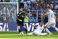 Lionel Messi (Argentinien, Argentina) gegen Karl Arnason (Island, Iceland) und Gylfi Sigurdsson (Island, Iceland)- 16.06.2018: Argentinien vs. Island, Spartak Stadium Moskau